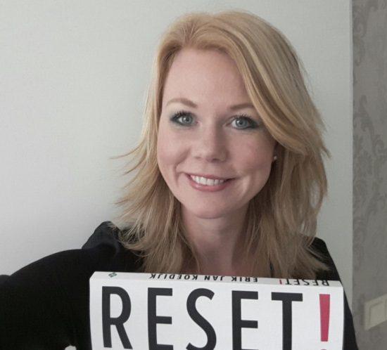 Monique is lezer van het boek Reset en auteur van het blog Schijn over Tijn