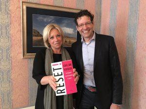 Minister Hennis-Plasschaert met het managementboek Reset